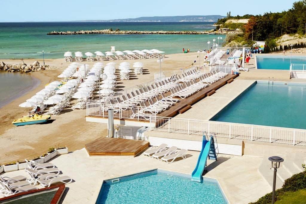 Бялата лагуна - басейни и плаж