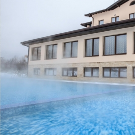 Пролетен релакс в Хотел Никол в Долна баня! Нощувка със закуска + Ползване на външен басейн  с топла минерална вода и СПА пакет!