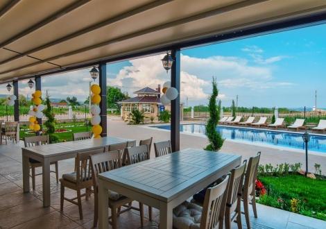 Ранни записвания за почивка на метри от морето - хотел Съни Касъл**** Кранево! Нощувка в лукс помещения  на база Аll inclusive + чадър и шезлонг на плажа и на на басейна!!!