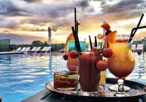 22ри СЕПТЕМВРИ в хотел ХОТ СПРИНГС 4*, с. Баня! Тридневни пакети с включени закуски, вечери и ползване на СПА център + басейни с минерална вода