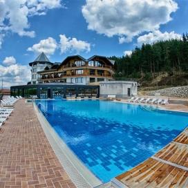 Най-добрата оферта от новия хотел Хот Спрингс**** с. Баня - Делник = на Уикенд! Нощувка със закуска и вечеря + вътрешен и външен минерален басейн, Уелнес и Спа зона с 15% намаление!!!