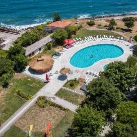 Невероятна цена за почивка на 200 метра от плажа Атлиман - хотел Кремиковци Китен! Ранни записвания за нощувка със закуска, обяд и вечеря + открит басейн с чадър и шезлонг!!!