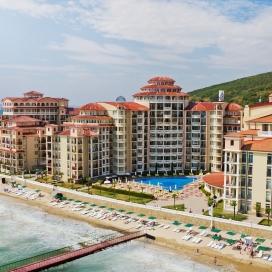 Ранни записвания за почивка на първа линия - хотел Атриум Бийч**** Елените! Нощувка на база All inclusive + чадър и шезлонг на плажа и басейна + безплатен вход за Аквапарк!!!