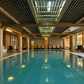 Февруари в прекрасният Пирин Голф Апартаментен комплекс! Нощувка със закуска и вечеря + вътрешен и външен минерален басейн + ползване на Уелнес и Спа зона!!!