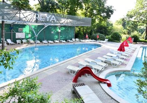 Специална оферта с 15% намаление за престой до 14 юни от хотели Естрея Палас и Резиденс ****! Нощувка на база All inclusive + вътрешен и външни минерални басейни с чадър и шезлонг!!!