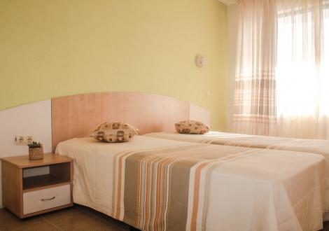 Лято в Приморско - хотел Алба Фемили! Нощувка в реновирани стаи със закуска и вечеря + открит басейн и детски басейн с чадър и шезлонг на ТОП цени за целият сезон!!!